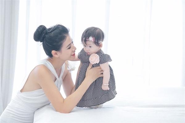 Hai mẹ con nữ diễn viên Hương Ga diện trang phục trắng tinh khôi tạo cảm giác trẻ trung, tươi mới. - Tin sao Viet - Tin tuc sao Viet - Scandal sao Viet - Tin tuc cua Sao - Tin cua Sao