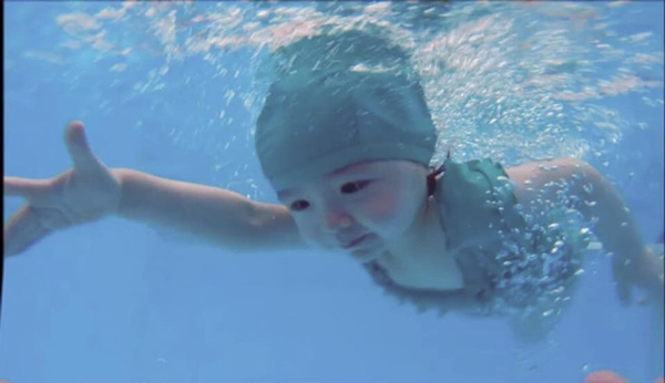 Hình ảnh Cadie Mộc Trà đầy tự tin thể hiện bài thi tốt nghiệp bơi đang khiến cộng đồng mạng chia sẻ không ngừng. - Tin sao Viet - Tin tuc sao Viet - Scandal sao Viet - Tin tuc cua Sao - Tin cua Sao