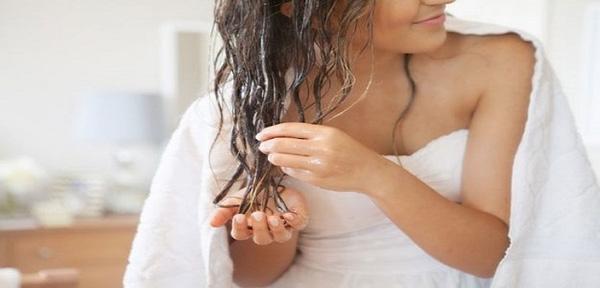 Nhẹ nhàng xả lại với nước ấm và một ít dầu gội sau khi ủ mặt nạ cho tóc. (Ảnh: themolas)
