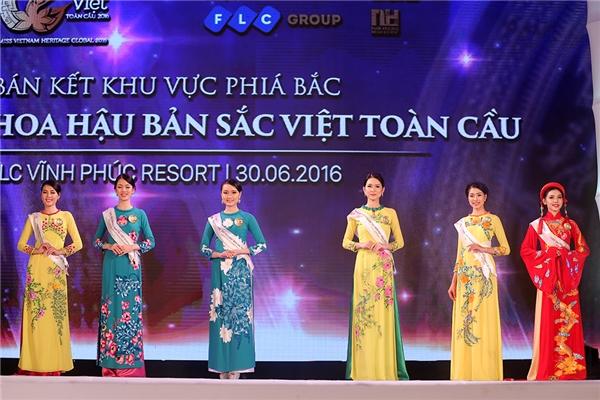 Các thí sinh lần lượt thực hiện phần dự thi của mình với tà áo dài mang đậm nét truyền thống Việt Nam.