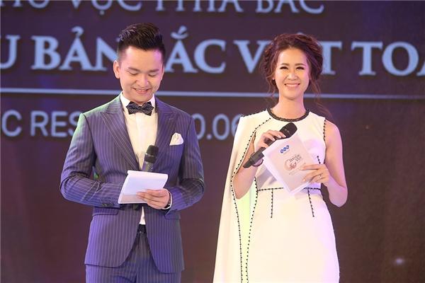 MC Dương Thùy Linh và Hạnh Phúc tung hứng ăn ý trên sân khấu.