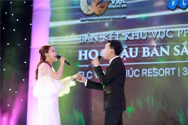 Cùng với sự khoe sắc của các thí sinh, không gian chương trìnhcòn được hâm nóng với các phần trình diễn của ca sĩ Nguyễn Ngọc Anh, Nguyễn Trần Trung Quân và Yến Lê.
