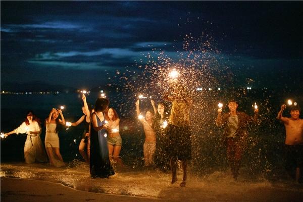 """Nhiếp ảnh gia cũng chia sẻ về sự cố ngoài ý muốn nhưng cũng cực kì thú vị: """"Buổi định chụp cảnh biển thì gặp trời mưa, ra đến biển thì trời tối nên quyết định chụp luôn bộ ảnh buổi tối"""". Cũng nhờ vậy mà bộ ảnh kỉ yếu có thêm những bức ảnh cực lung linh. (Ảnh: Hải Lê Cao)"""