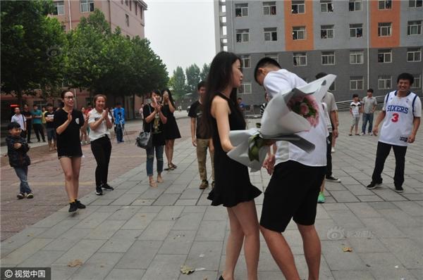 Đông đảobạn trẻ đứng bên ngoài hò reo, cổ vũ nhiệt tình cho cặp đôi.(Ảnh: Internet)