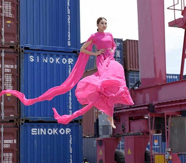 Trong khi đó, tại Next Top Model phiên bản Việt mùa thứ 7, Thanh Hằng khai trận với 24 chàng trai, cô gái bằng thử thách đi catwalk trên cầu kính cách mặt đất khoảng 15m (tương đương tòa nhà 4 tầng). Để thị phạm cũng như mang đến động lực cho thí sinh, host Vietnam's Next Top Model không ngần ngại treo mình trên không và thực hiện động tác bay từ cầu kính xuống mặt đất.