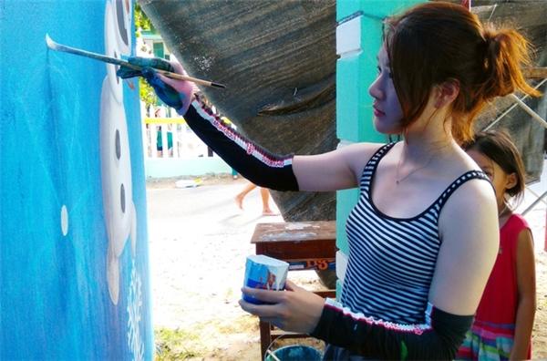 Họa sĩ xinh đẹp 25 tuổi Oh Ye Seul đang vẽ tranh trên tường nhà. Oh Ye Seul vốn là họa sĩ tự do tại Hàn Quốc, từng tham gia vào những dự án làng bích họa bằng việc vẽ tranh tường, hay thực hiện các video. Sau khi nghe về Dự án mỹ thuật cộng đồng Hàn - Việt, cô đăng ký ngay để có cơ hội đến Việt Nam.