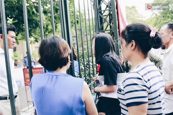Giấu bố mẹ thi lại Đại học, thí sinh đến muộn 1 tiếng và khóc ngất ngoài cổng trường