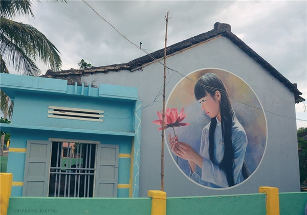 Hiình ảnh nữ sinh Việt Nam duyên dang bên cành hoa sen truyền thống.