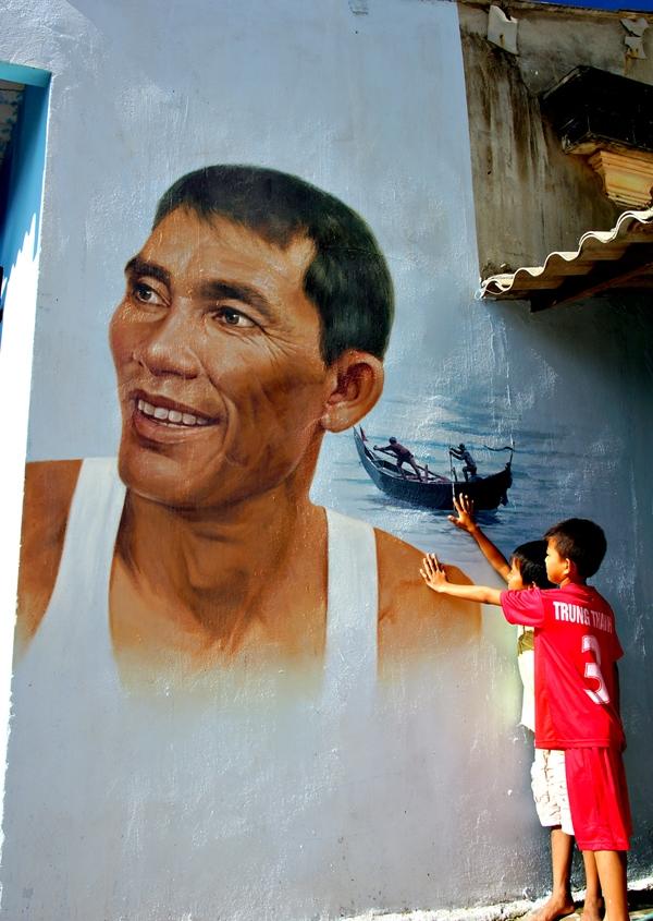 """Bức họa được vẽ từ nguyên mẫu ngoài đời thật trên tường nhà của """"chính chủ""""."""