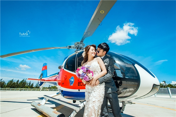 """Bộ ảnh cưới trực thăng này đang làm """"xôn xao"""" khắp các trang mạng hiện nay. (Ảnh: TuArts)"""