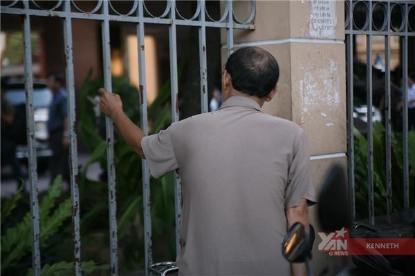 Từ bên ngoài cổng trường, người cha cũng hồi hộpvới bài thi củacon.