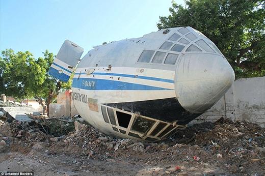 Mảnh vỡ của chiếc máy bay bị bắn hạ và đã giết chết 11 người hơn 8 năm trước vẫn còn nằm trên đường.