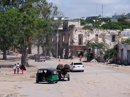 Thành phố ở Somali cực kì hoang tàn và rất ít phương tiện giao thông, đa phần ở đây người dân chủ yếu đi bộ.