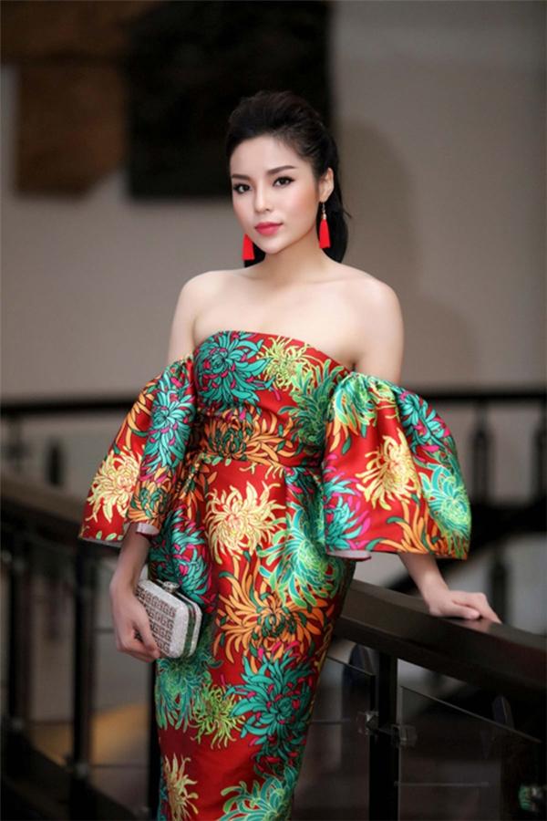 Váy họa tiết hoa cúc trở thành xu hướng được các mĩ nhân V-biz ưa chuộng trong khoảng thời gian qua. Kỳ Duyên không hề kém cạnh khi chọn diện thiết kế trễ vai với sự kết hợp nhiều tông màu nổi như: đỏ, xanh, vàng… Vẻ ngoài thanh lịch, sang trọng của Hoa hậu Việt Nam 2014 nhận nhiều phản hồi tích cực từ khán giả, người hâm mộ.
