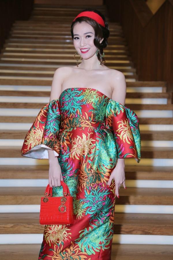 Trước đó, trên thảm đỏ show diễn Xuân - Hè 2016 của nhà thiết kế Đỗ Mạnh Cường, nữ diễn viên Khánh My cũng diện thiết kế tương tự nhưng với vẻ ngoài cầu kì hơn. Chiếc túi xách Dior đi kèm gần như không cần thiết trong tổng thể này.