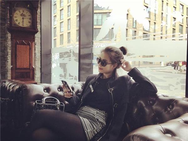 """Hoàng Thùy Linh đang tận hưởng thời gian thư giãn, nghỉ ngơi tại London, Anh. Cô ngầm chia sẻ với các fan rằng đây là chuyến du lịch cùng bạn trai Vĩnh Thụy khi viết chú thích: """"Photographer: @le_vinh_thuy"""" - tạm dịch:Nhiếp ảnh gia:@le_vinh_thuy. (@le_vinh_thuy chínhlà tài khoản mạng xã hội của nam MC The Face)."""