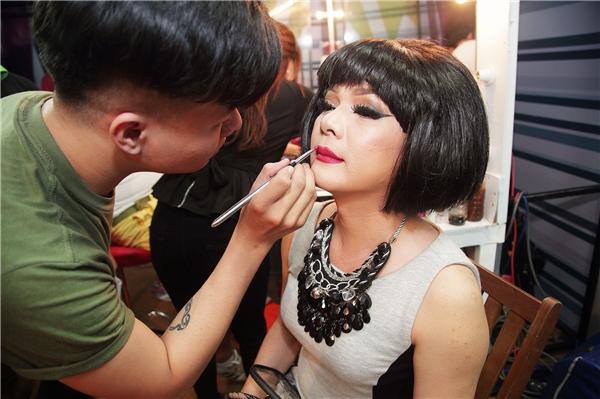 Đặc biệt để vào vai giả gái, nam ca sĩ Vũ Hà nhận được sự hậu thuẫn quần áo cực lớn từ bà xã hơn tuổi.