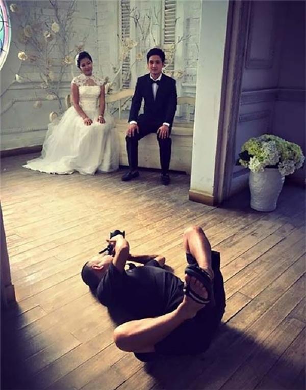 """Cô dâu chú rể làm sao có thể """"diễn sâu""""trước nhiếp ảnh gia thế này nhỉ?"""