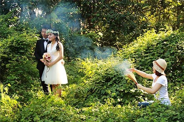 """Tạo hiệu ứng """"sương khói mờ nhân ảnh"""" bằng... nhang là quá chuẩn rồi."""