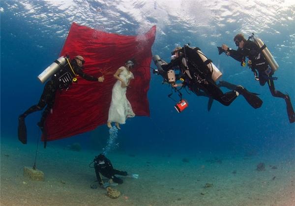 Cả nhóm chi sang, thuê đồ lặn biển luôn nè.