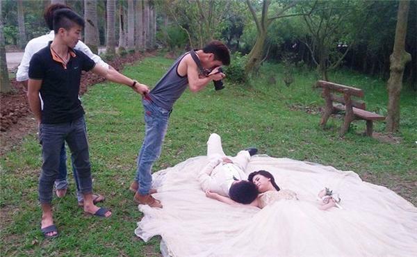 Cẩn thận kẻo tuột tay là cô dâu chú rể nghỉ chụp thật đấy.