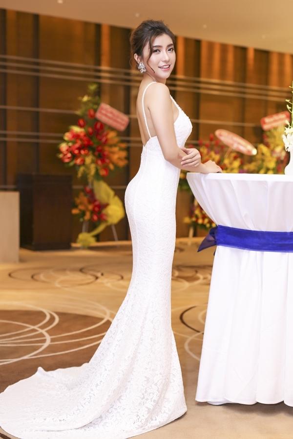 Tiêu Châu Như Quỳnh diện váy đuôi cá bó sát, khoe trọn đường cong cơ thể tại sự kiện.
