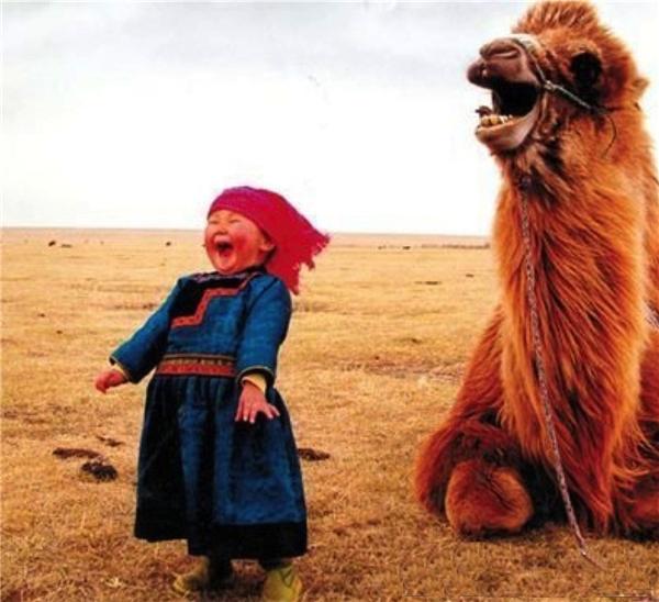 Những đứa trẻ Mông Cổ đáng yêu với đôi má ửng hồ vô tư bên những loài thú quý hiếm.