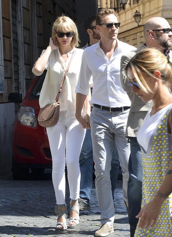 Taylor Swift tay trong tay hạnh phúc bên bạn trai mới.