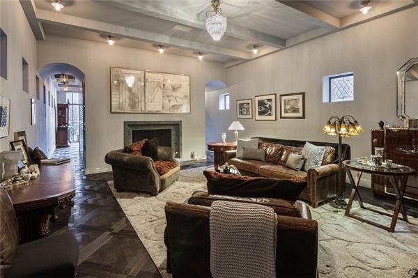 Phòng khách rộng rãi, mang nét cổ điển pha lẫn hiện đại, đa phần sử dụng màu chủ đạo là trầm tối.