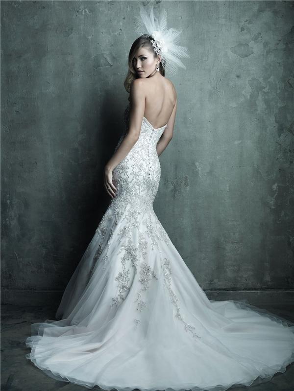 Dàn trải họa tiết bằng tay, chiếc váy trở nên lung linh khó tả.