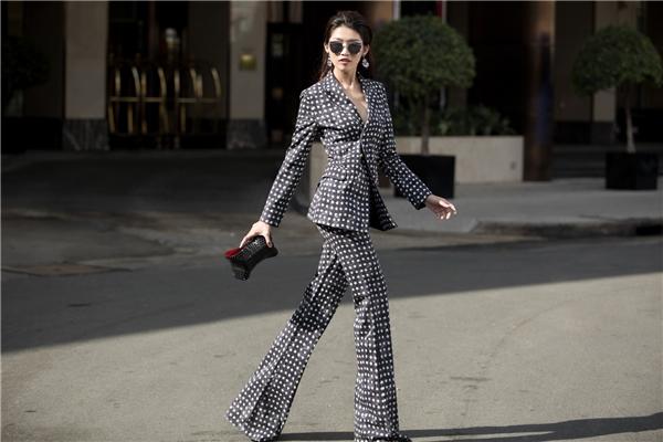 Quỳnh Châu thanh lịch với thiết kế suit mang màu sắc cổ điển. Thiết kế tạo điểm nhấn bởi đường xẻ ngực sâu cùng loạt họa tiết tạo hiệu ứng thị giác bắt mắt. Đây là thiết kế của nhà mốt MaxMara.