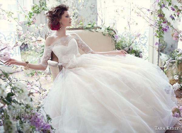 Váy xòe kết hợp với tay lỡ và cổ thuyền cũng là một chiếc váy đáng được khoác lên.