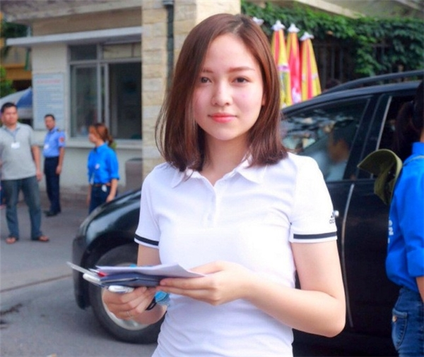 """Một trong những cô gái """"hot"""" nhất mạng xã hội trong ngày thi THPT quốc gia đầu tiên là Nguyễn Thị Hiền Giang, sinh năm 1998, tham dự thi tại cụm Đại học Bách khoa, Hà Nội. Sau buổi thi môn Toán sáng nay (1/7), nhiều diễn đàn dành cho giới trẻ đã đăng tải ảnh của Giang. Trên một fanpage nổi tiếng, bức hình về thiếu nữ này thu hút hơn 27.000 like (thích), 1.000 chia sẻ.(Ảnh: BK Confessions)"""