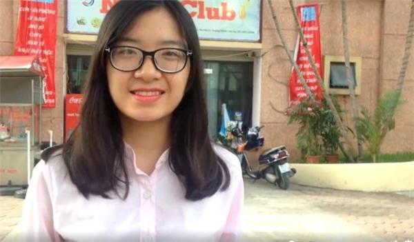 Phương Trang - học sinh trường THPT Nguyễn Bỉnh Khiêm, Hà Nội - tự tin sau bài thi Tiếng Anh của mình. Ảnh: Nhật Ánh.