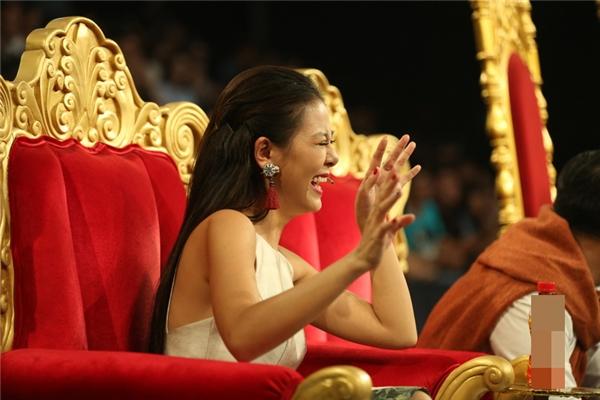 Hình ảnh cô gái đầy nam tính của Lạc Hoàng Long đã khiến cho Nam Thư cười ngặt nghẽo, song đó cũng lại là nét đáng yêu của Lạc Hoàng Long trong mắt giám khảo Kiều Oanh.