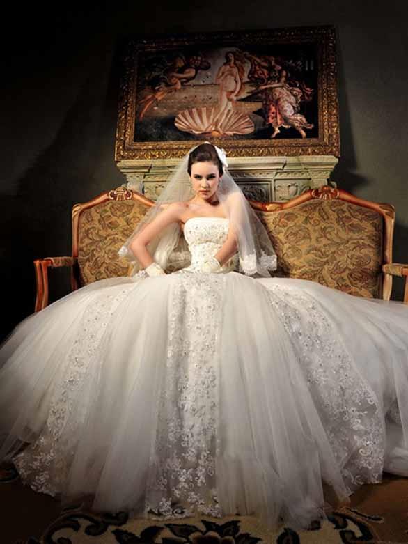 Chiếc váy xòe với tà dài nối nhau làm bật lên sự trẻ trung của cô dâu.