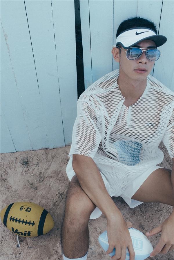 Áo xuyên thấu dường như không còn là đặc quyền của phái đẹp. Hồ Vĩnh Khoa chọn phối áo oversized cùng quần short cá tính, năng động. Những phụ kiện đi kèm càng khắc họa rõ nét phong cách thời trang thể thao đang lên ngôi trong mùa hè.