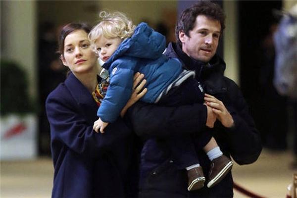 Marion Cotillard hiện đang chung sống nhưng không kết hôn với diễn viên, đạo diễn Guillaume Canet. Cặp đôi chào đón cậu con trai đầu lòng Marcel vào năm 2011. (Ảnh: Celebritybabyscoop)