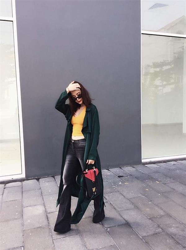 Set trang phục dạo phố gần đây nhất được nữ diễn viên chia sẻ trên trang cá nhân là sự kết hợp giữa áo phông hở eo, quần jeans ống loe cùng áo khoác dáng dài dày cộm. Thoạt nhìn, cứ ngỡ Angela Phương Trinh đang sải bước giữa tiết trời mùa đông hay đường phố châu Âu.