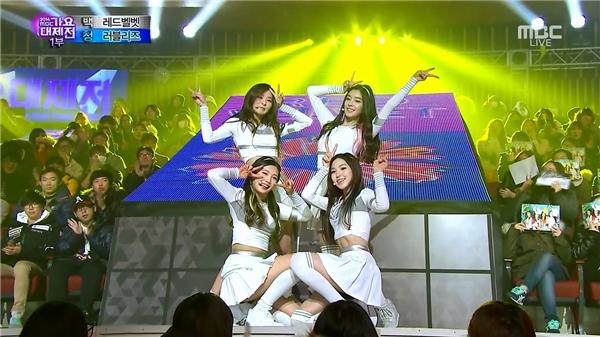 Một trong những hình ảnh của nhóm xuất hiện trong MV cũng được lựa chọn theo phong cách nữ sinh với những bộ đồng phục xinh xắn, dễ thương kèm vũ đạo đẹp mắt.