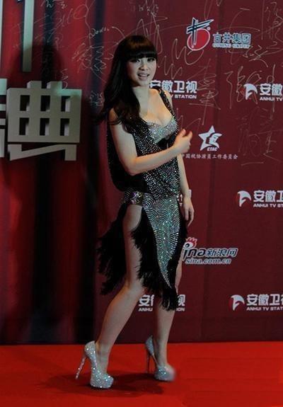 Với chiều cao 1m60, đôi chân của cô cũng không được dài mỹ mãn như nhiều người khác, lại còn khá thô, do vậy hình ảnh của Liễu Nham khi chụp toàn cảnh sẽ trông như thế này