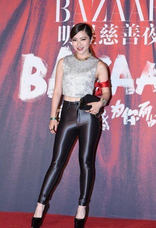 Sở thích mặc quần da bó của Đặng Tử Kỳ càng khiến khuyết điểm của cô nàng càng lộ rõ