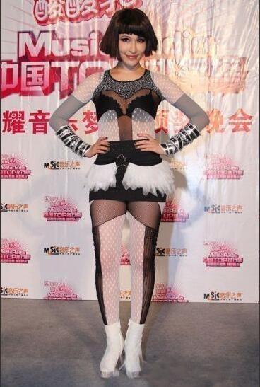 """Tiêu Á Hiên đôi khi quên mất nhược điểm của mình mà lại diện những bộ trang phục vừa phản cảm vừa """"bóc trần sự thật"""" về đôi chân của cô"""