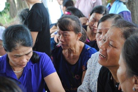 Cô Đặng Thị Huế (mẹ Ngân) quá đau đớn, ngã quỵ trong đám tang con gái. Ảnh: VNN