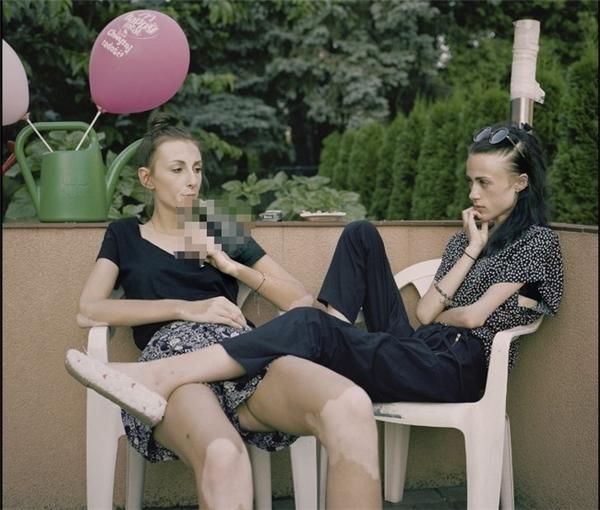 Karolina và Kaia nhanh chóng trở thành bạn bè sau khi gặp nhau tại Tree of Life.