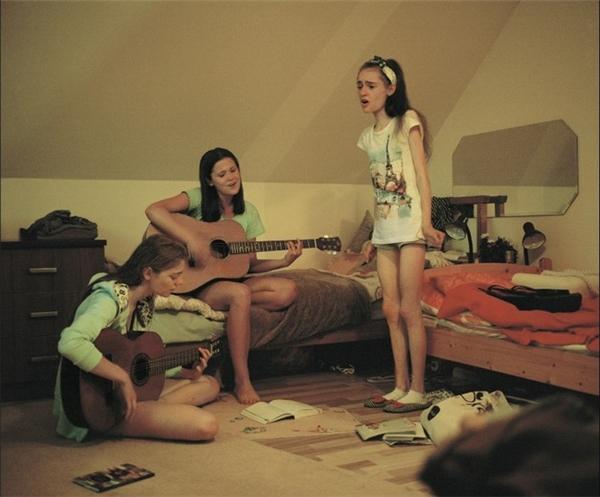 Agata và Wiktoria chơi guitar trong khi Ania hát. Cả 3 cô gái trẻ đều là fan của Demi Lovato. Khi họ buồn, âm nhạc là thứ giúp họ lấy lại được cân bằng.