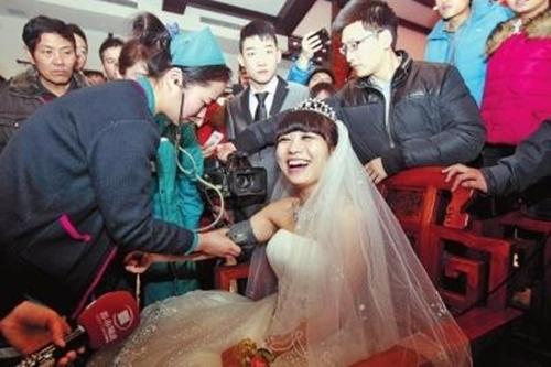 Các y tá đang săn sóc cho cô dâu trước khi đến lễ đường.