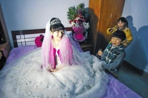 Cô dâu hạnh phúc trong tà áo cưới.