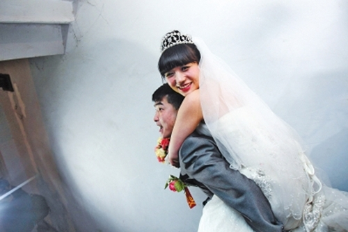 Chú rể cõng cô dâu đến lễ đường trước sự chứng kiến của hơn 1000 người tham dự.