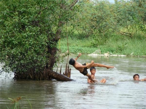 Niềm vui được tắm sông của trẻ con miền nông thôn. (Ảnh Internet)